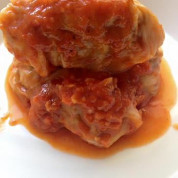 Repollo relleno de Carne en Salsa de Tomate