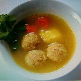Sopa de Pollo con Kneidalaj (Bolas de Matza)