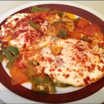 Huevos con Tomate y Pimiento Verde