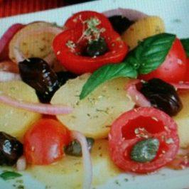 Ensalada de papa, tomate y cebolla a la mediterránea.