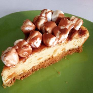 Torta de queso con topping de marshmellows y glaseado de chocolate