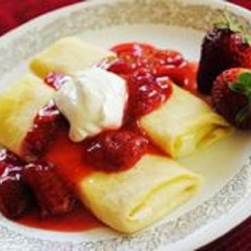 Blintzes de queso con salsa de fresas
