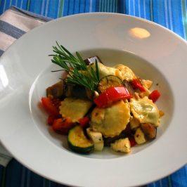 Raviolis rellenos de champiñones con zapallito, berenjenas, tomates, pimientos y mozzarella