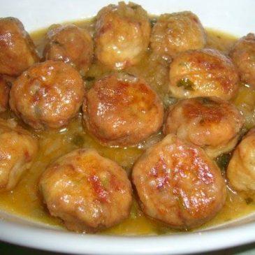 Albóndigas de Pescado en salsa de cúrcuma y cebolla
