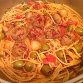 Spaguetti con bolitas de carne y aceitunas