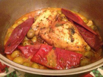 Pollo con aceitunas en salsa roja