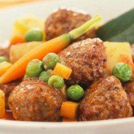 Albondiguitas de Carne con Papitas y Petit Pois
